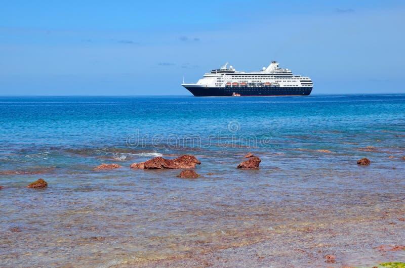Navio de cruzeiros fora de ventilar a ilha imagens de stock royalty free