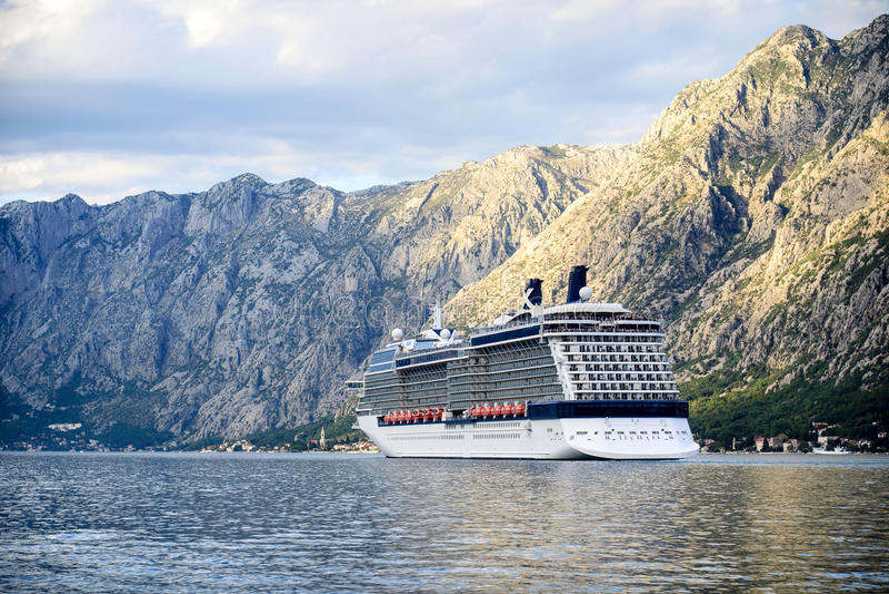 Navio de cruzeiros grande na baía de Kotor foto de stock royalty free