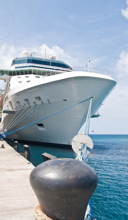 Navio de cruzeiros luxuoso enorme amarrado para enegrecer o poste de amarração