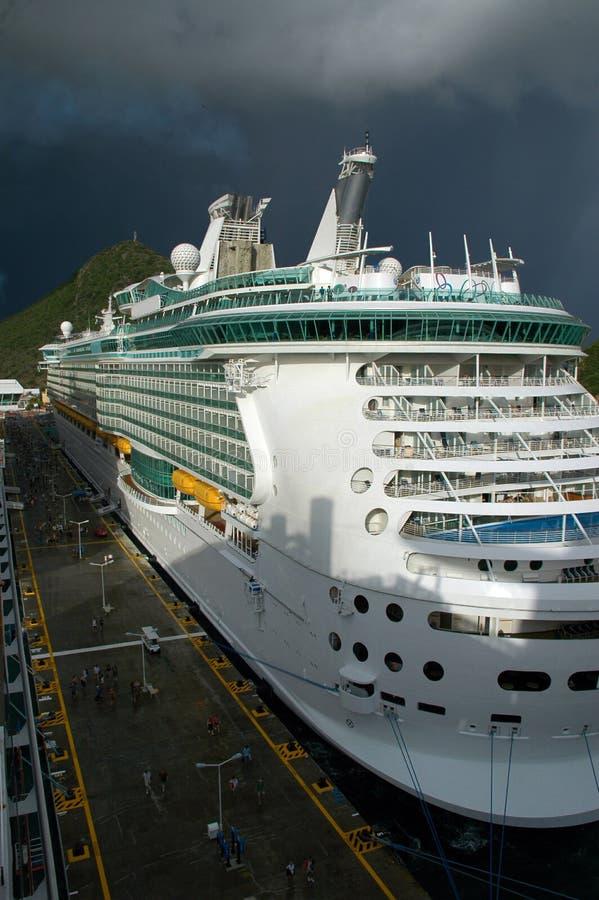 Navio de cruzeiros moderno na porta do Cararibe com tempestade imagens de stock