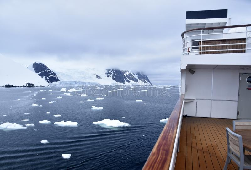 Navio de cruzeiros na água de gelo foto de stock royalty free