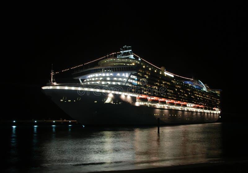 Navio de cruzeiros na noite fotografia de stock