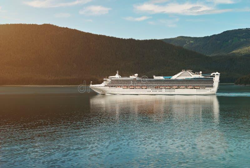 Navio de cruzeiros na paisagem do Alasca imagens de stock royalty free