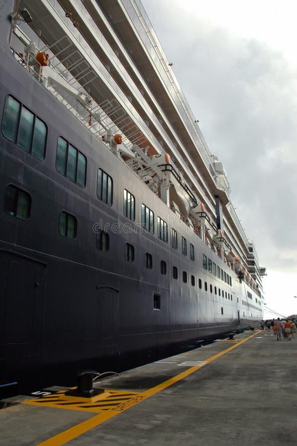 Navio de cruzeiros na porta nas Caraíbas imagem de stock royalty free