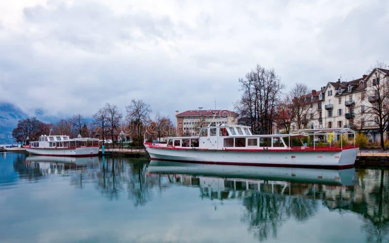 Navio de cruzeiros no canal de Annecy, France imagem de stock royalty free