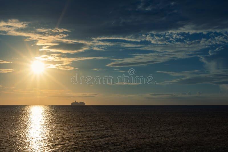 Navio de cruzeiros no horizonte fotografia de stock royalty free