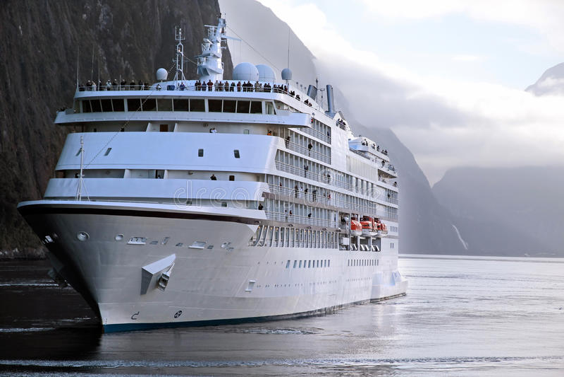 Navio de cruzeiros no Milford Sound fotos de stock