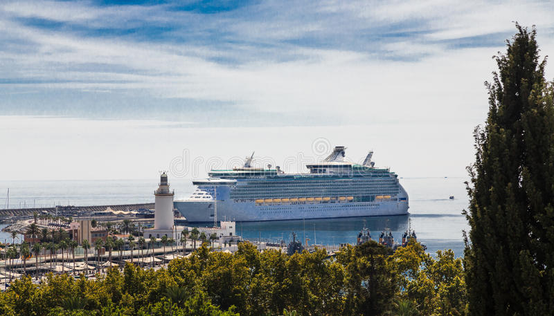 Navio de cruzeiros no porto de Malaga foto de stock