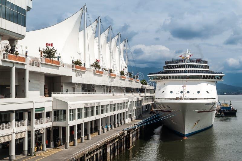 Navio de cruzeiros no porto do lugar de Canadá em Vancôver fotografia de stock