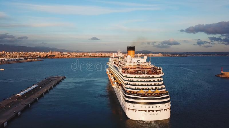 Navio de cruzeiros no porto estoque Vista a?rea do grande navio branco bonito no por do sol Paisagem colorida com barcos dentro fotos de stock