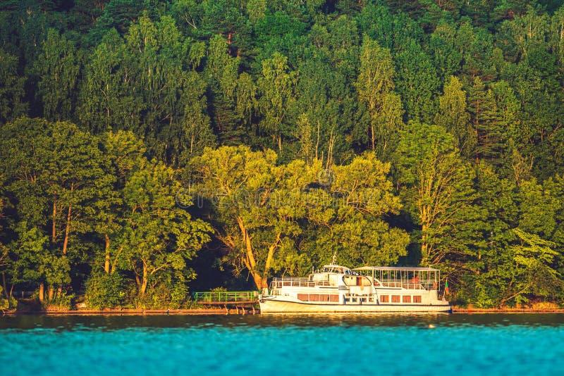 Navio de cruzeiros pequeno no lago fotografia de stock