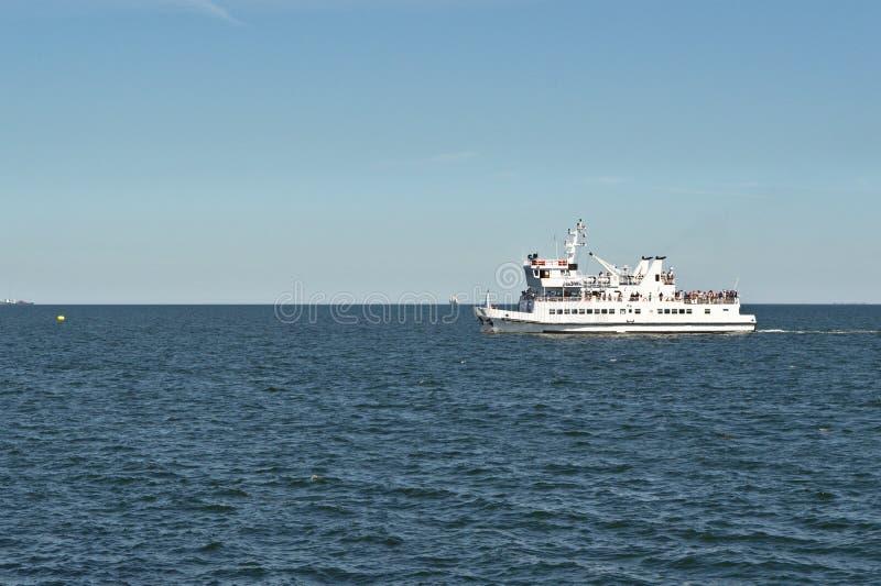 Navio de cruzeiros pequeno no mar Báltico imagens de stock royalty free