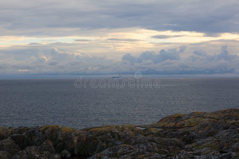 Navio de cruzeiros que dirige para fora no Mar do Norte imagens de stock royalty free