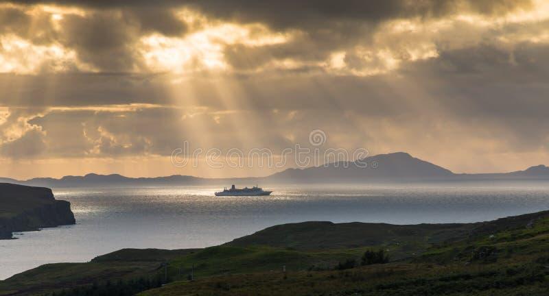 Navio de cruzeiros sob The Sun fotografia de stock royalty free