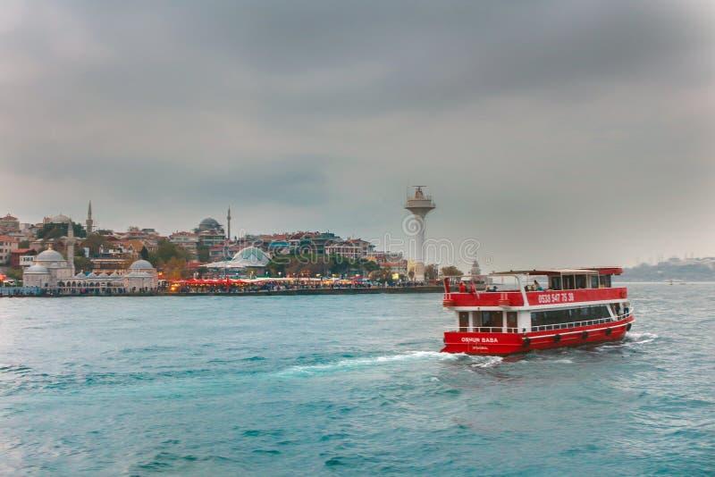 Navio de cruzeiros Uskudar Istambul do farol de Bosphorus imagem de stock royalty free