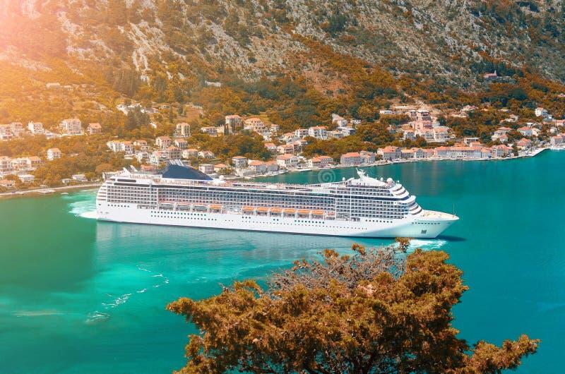 Navio de Cuise que sae das águas de turquesa da baía de Kotor montenegro imagens de stock royalty free