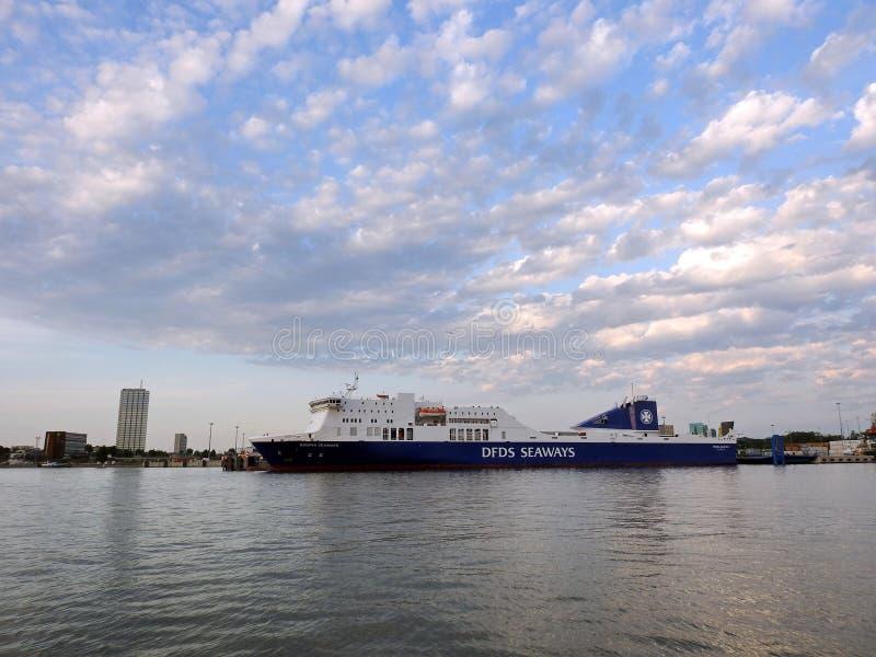 Navio de DFDS no porto de Klaipeda, Lituânia imagens de stock