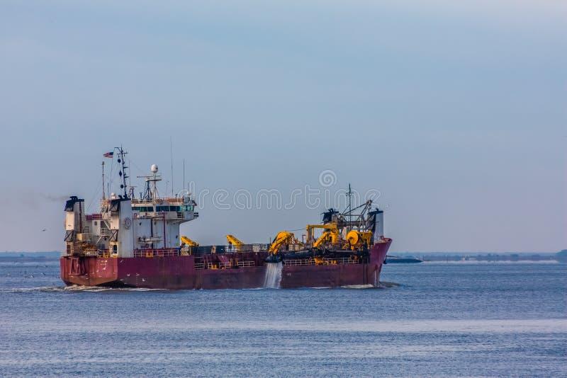 Navio de dragagem no porto imagem de stock