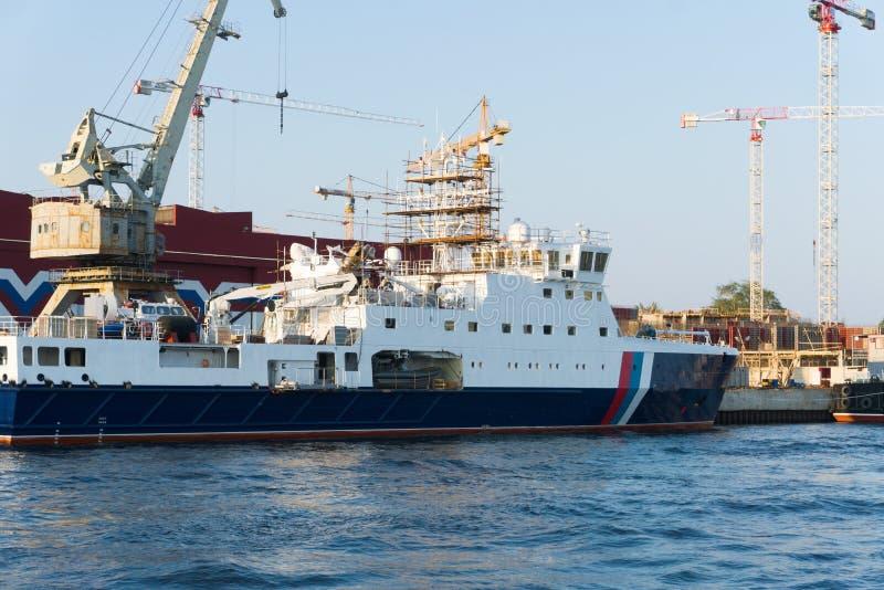 Navio de guarda costeira sob a construção em St Petersburg fotos de stock