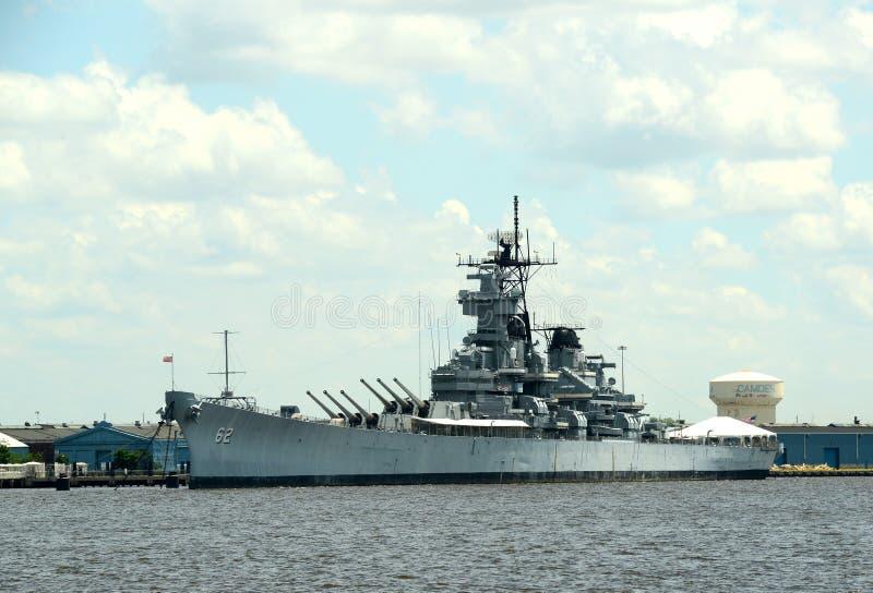 Navio de guerra ancorado no porto fotos de stock