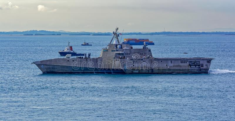Navio de guerra moderna no passo de Singapura imagem de stock