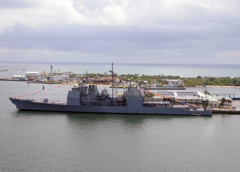 Navio de guerra na porta fotografia de stock royalty free
