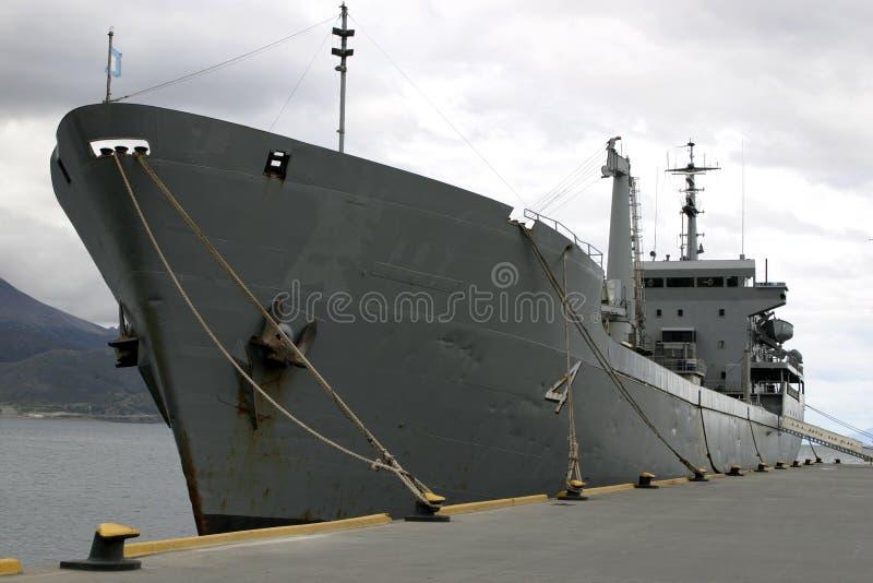 Navio de guerra no porto amarrado pela doca imagem de stock royalty free