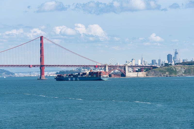 Navio de MOL Magnificence Container que inscreve San Francisco Bay sob golden gate bridge fotografia de stock
