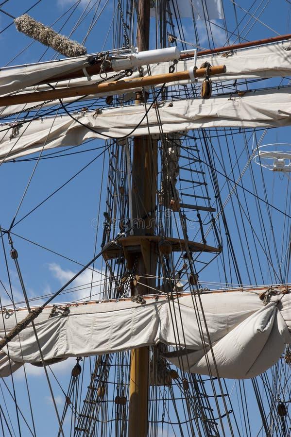 Navio de navigação alto, detalhe do close up do mastro, velas foto de stock