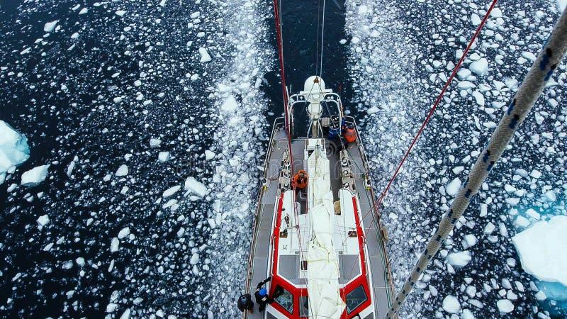 Navio de navigação alto na Antártica imagem de stock