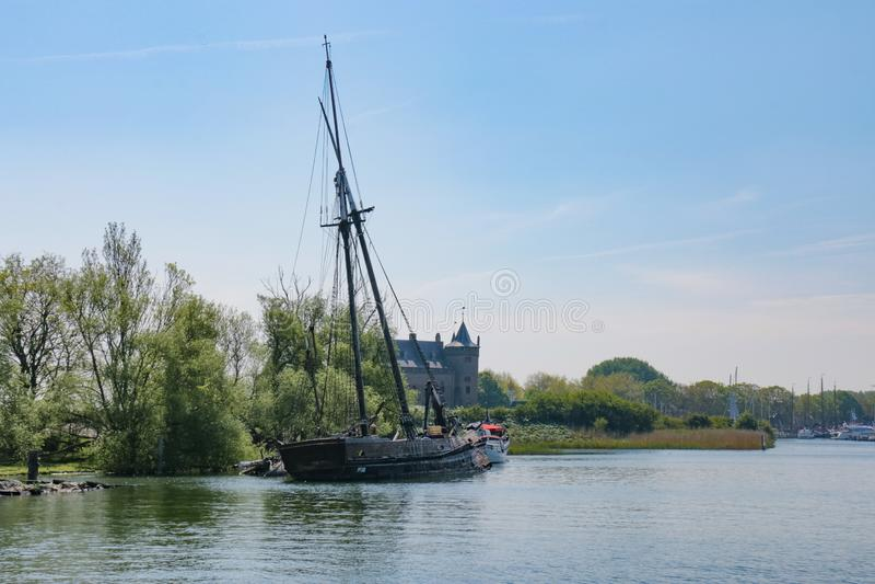 Navio de navigação destruído velho no lado do canal do rio fotografia de stock royalty free