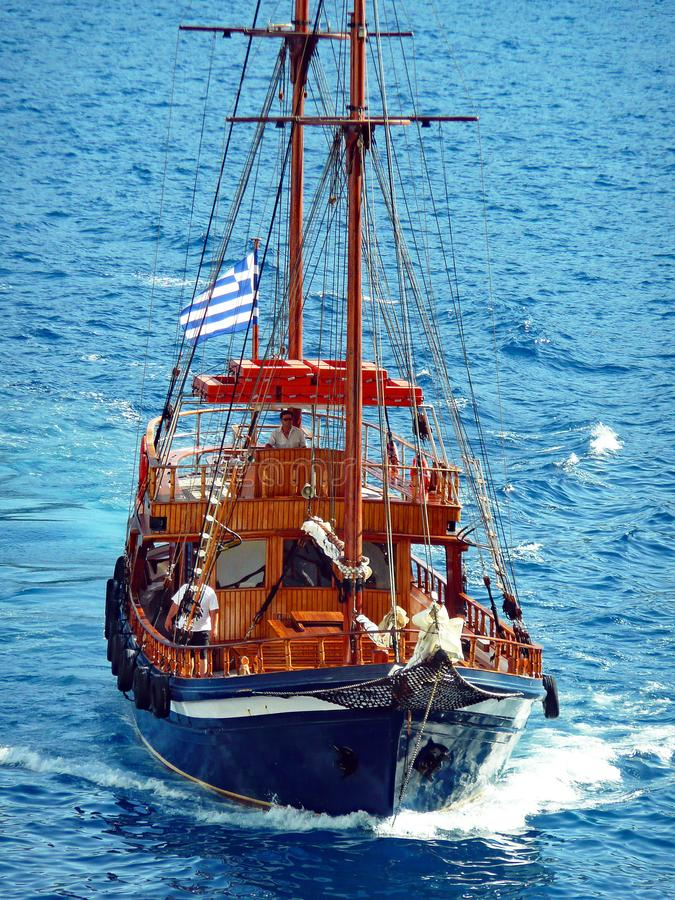 Navio de navigação do estilo antigo, Caldera de Santorini, Grécia foto de stock