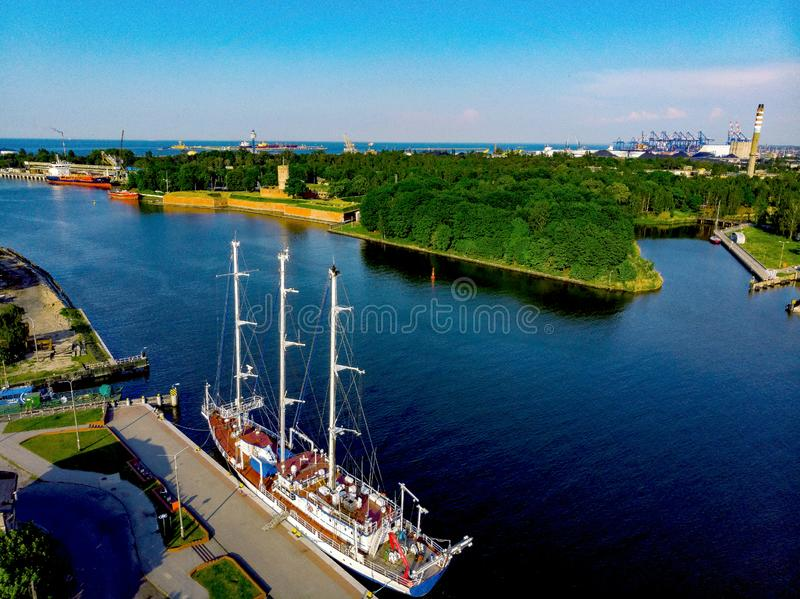 Navio de navigação e fortaleza velha perto de Gdansk portuário foto de stock royalty free