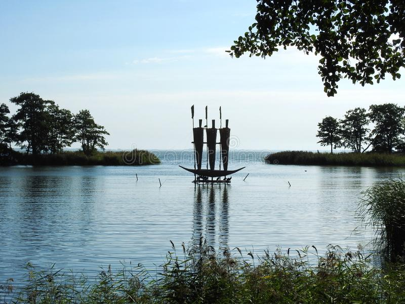 Navio de navigação feito do junco na baía ambarina, Lituânia imagem de stock royalty free