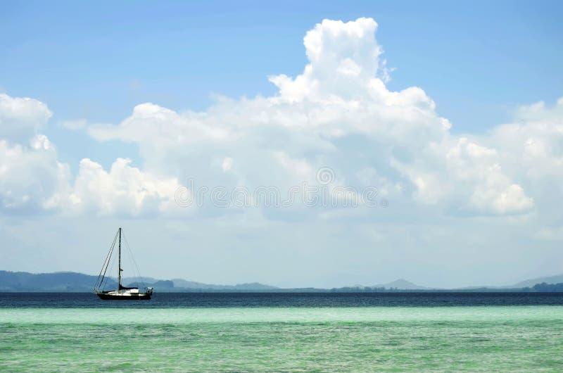 Navio de navigação fora de Koh Kradan imagem de stock