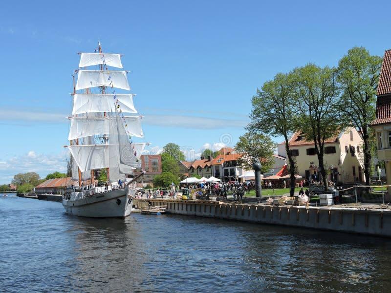 Navio de navigação, Lituânia foto de stock royalty free
