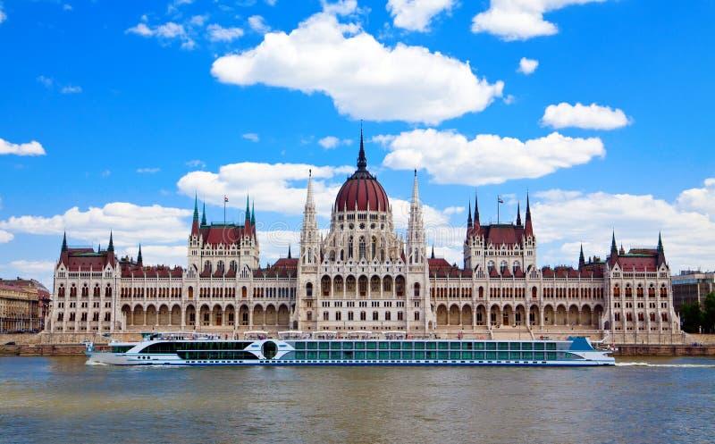 Navio de navigação na frente do parlamento, Budapest foto de stock