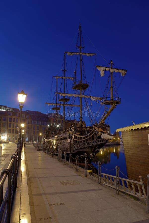 Navio de navigação na noite fotos de stock
