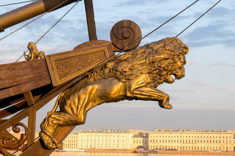 Navio de navigação no céu dourado da estátua do leão da estátua do mar fotografia de stock