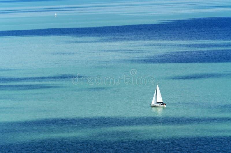 Navio de navigação no lago Balaton imagem de stock royalty free
