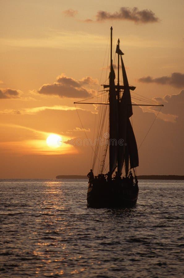 Navio de navigação no por do sol foto de stock