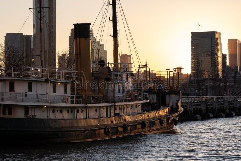 Navio de navigação que estaciona no cais 26 pelo Rio Hudson na opinião do por do sol de TriBeCa New York City imagens de stock royalty free