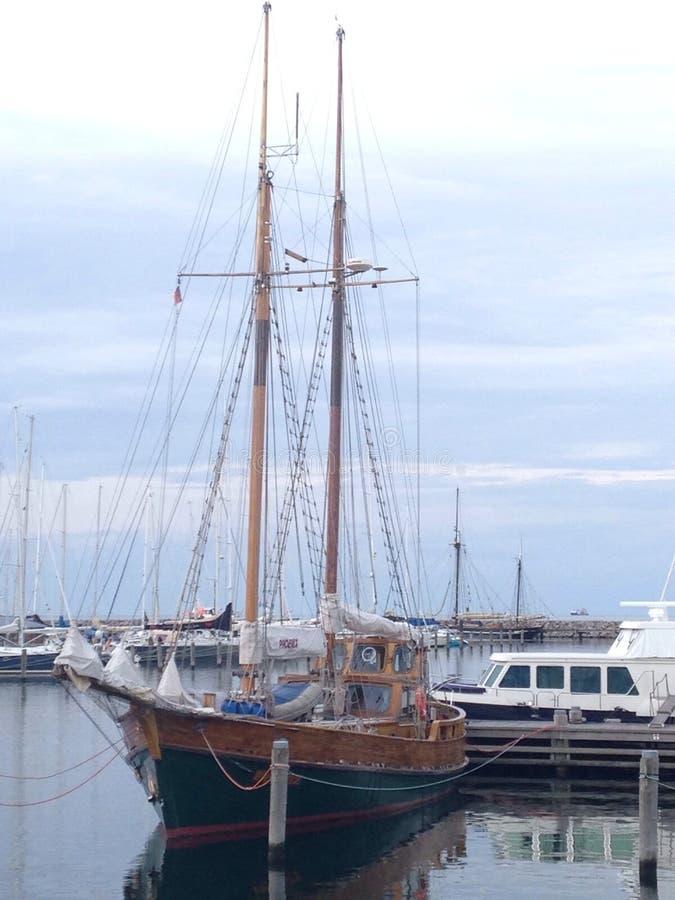 navio de navigação velho pequeno imagens de stock