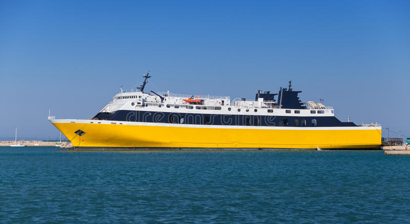 Navio de passageiro amarelo amarrado no porto fotos de stock