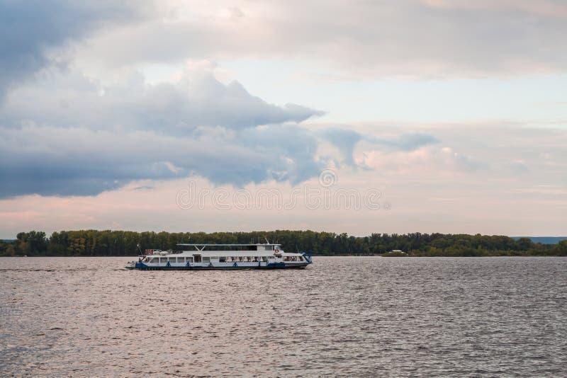 Navio de passageiro do rio no rio no por do sol O Rio Volga, cidade do Samara, Rússia imagens de stock royalty free