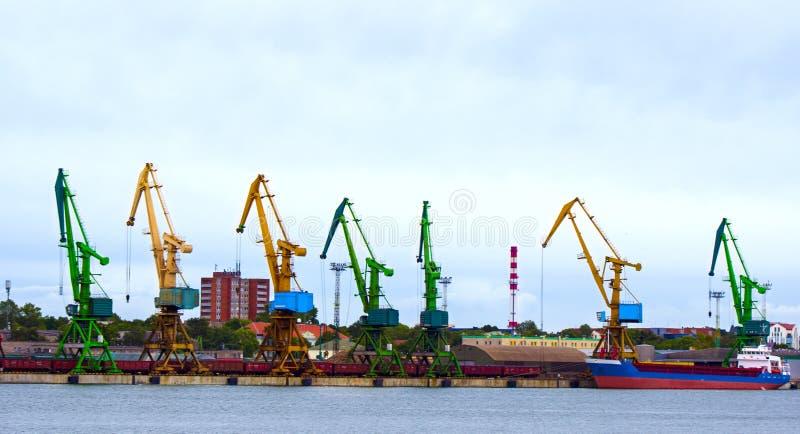 Navio de petroleiro e guindaste de trabalho no porto de Klaipeda, Lituânia imagem de stock royalty free