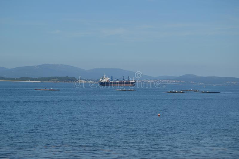 Navio de petroleiro que navega o estuário no farol de Front Of The Horse Point na ilha de Arosa Natureza, arquitetura, história,  imagem de stock royalty free
