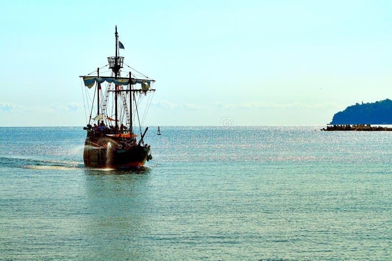 Navio de pirata no mar aberto imagens de stock royalty free