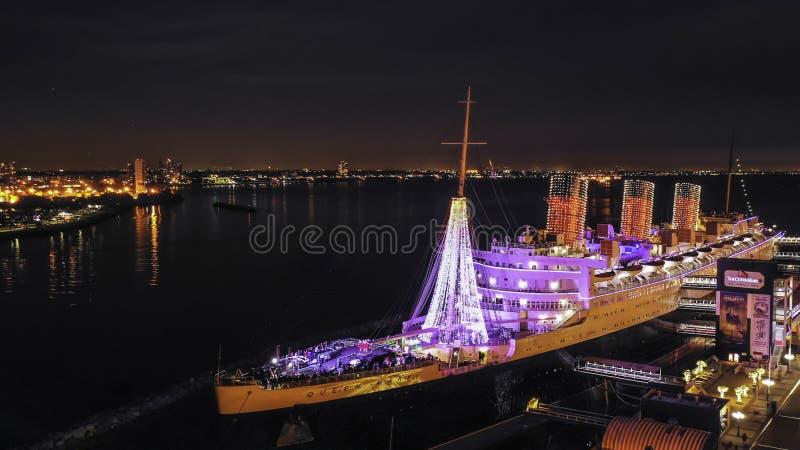 Navio de Queen Mary na noite durante o Natal imagem de stock royalty free