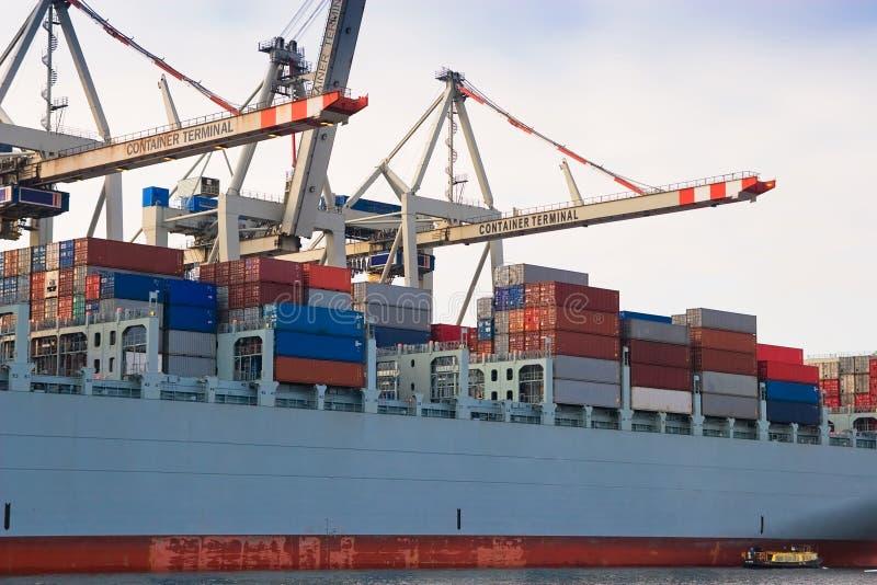 Navio de recipiente do frete da carga no terminal do porto imagem de stock